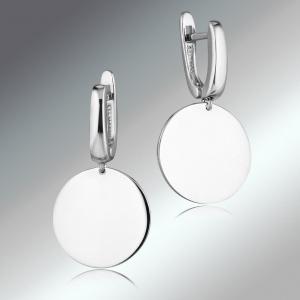 серебряные серьги на разнотонном фоне