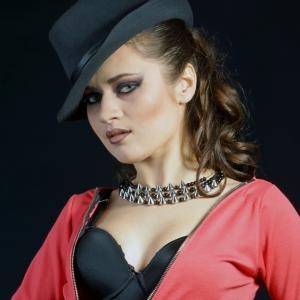 стильный портрет женщины в шляпе - фотосессия в студии в Харькове