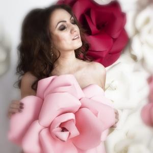 женский портрет с розами - фото в Харькове