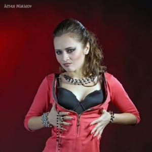 девушка в красно-черном платье - фотосессия в фотостудии в Харькове