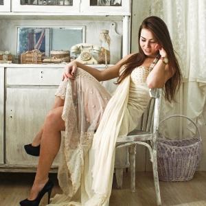 портрет девушки на фоне кухонной обстановки