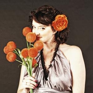Студийный портрет с цветами