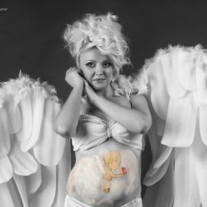 женщина в ангельской одежде