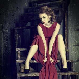 женский портрет на лестнице - студийные фотосессии в Харькове
