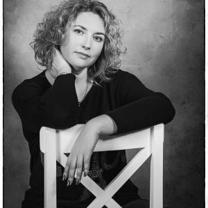 портрет женщины в черно-белых тонах