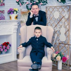 Портрет папы с сыном в интерьерной студии