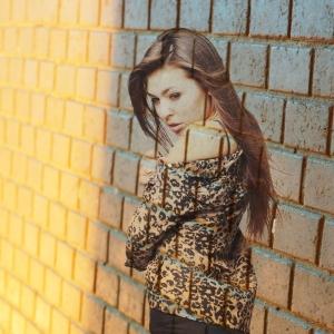 Фото девушки - сливаясь с стеной - студийные фотосессии в Харькове