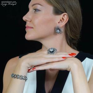 фотография набора ювелирных украшений из серебра на модели