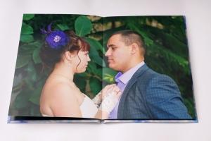 большое фото на развороте свадебной фотокниги