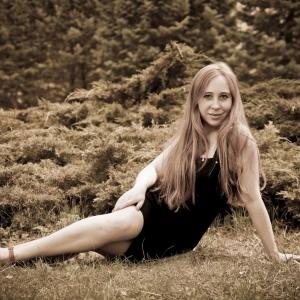 девушка на фоне можжевеловых кустов