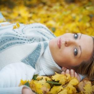 осенний портрет - в опавших листьях