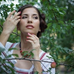 портрет женщины среди деревьев - фотосессии в Харькове