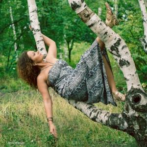 девушка на ветвях дерева - фотосессии на пленэре в Харькове