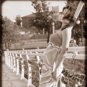 девушка, мост, ветер...