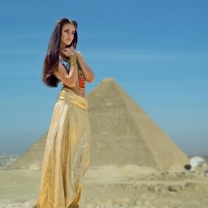девушка на фоне пирамиды - фотосессии на пленэре в Харькове