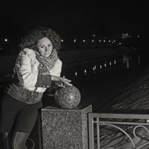 вечерний портрет на фоне городского пейзажа