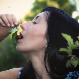 наслаждение от ягоды - фотосессии на пленэре в Харькове