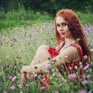 портрет на природе среди цветов