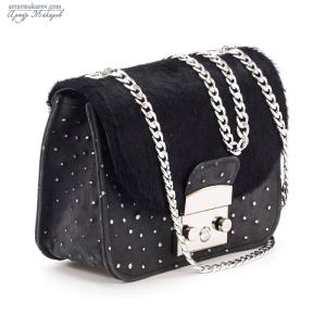 черная женская сумка с ремешком в виде цепочкисумка