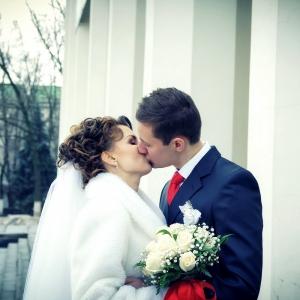 свадебный поцелуй на фоне театра Щепкина в Белгороде