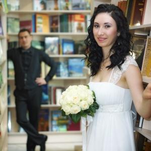свадебный этюд в книжном магазине