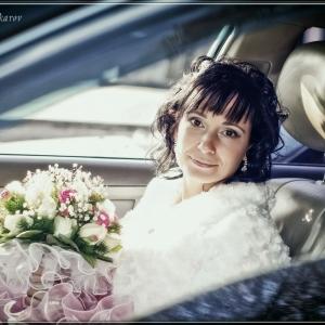 портрет невесты со свадебным букетом в авто
