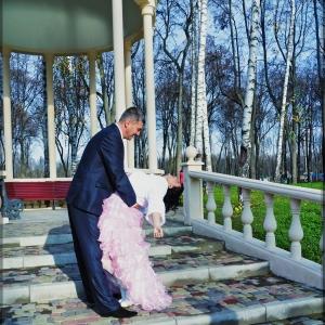 Невеста на руках у жениха - свадебное фото Харьков