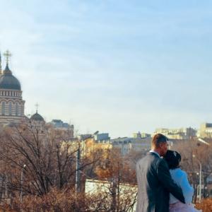 Свадебная пара на фоне Благовещенского Собора
