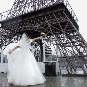 """Невеста со свадебным букетом около """"Эйфелевой башни"""""""