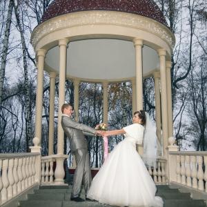 Свадебное фото на фоне беседки в парке Горького Харьков