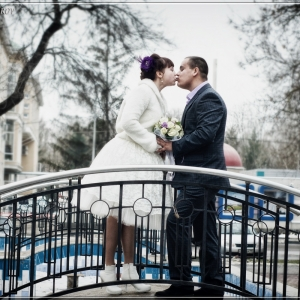 Свадебный поцелуй молодоженов