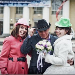 Портрет молодоженов вместе с подружкой - свадебное фото Белгород