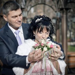 Жених, вручайщий свадебный букет невесте