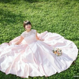 свадебное фото в Харькове на траве в парке Горького