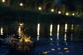 Венок из цветов, плывущий по реке в ночь на праздник Ивана купала
