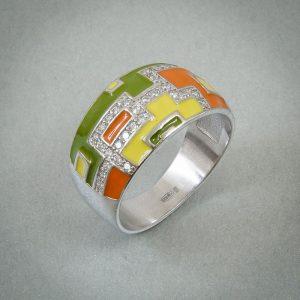 предметная фотография серебряного кольца с цветными вставками