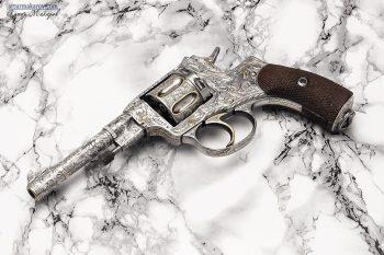 револьвер с художественной гравировкой