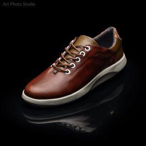 рекламный фото-снимок обуви на черном фоне с отражением